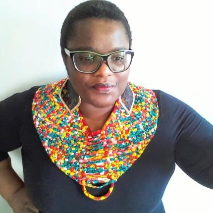 La créatrice N'sqol avec un collier de chez Mis Wudé