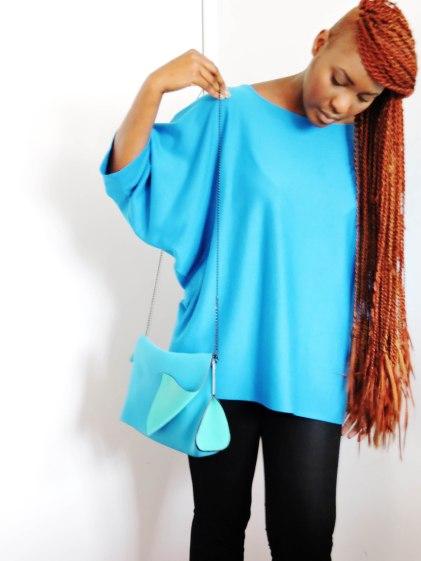 Mon top bleu porté par ma sœur Fayçalath