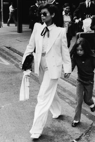 Bianca Jagger en costume YSL avec sa fille Jade