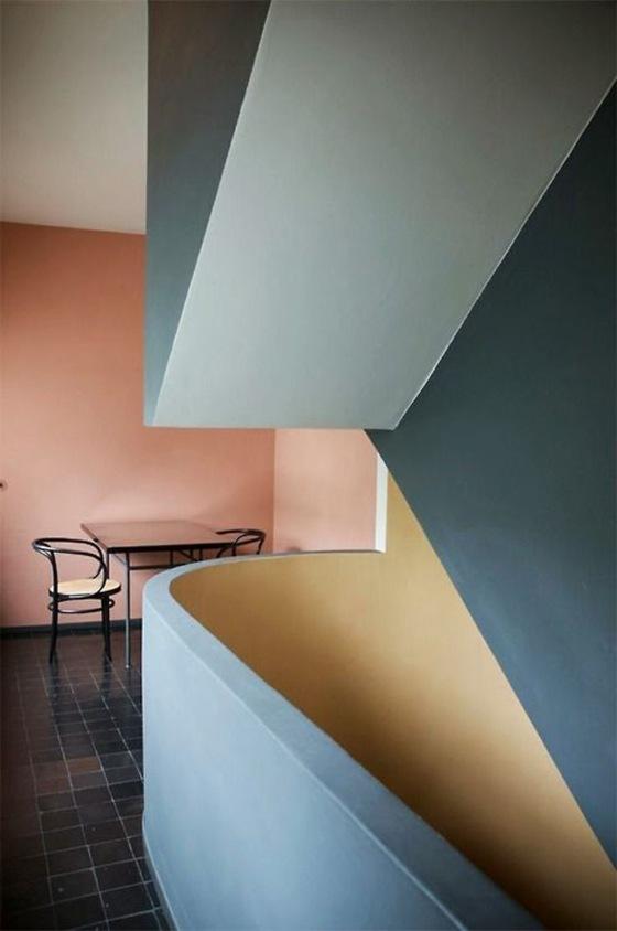 Exemple de color block aux couleurs sourdes en décoration d'intérieur.
