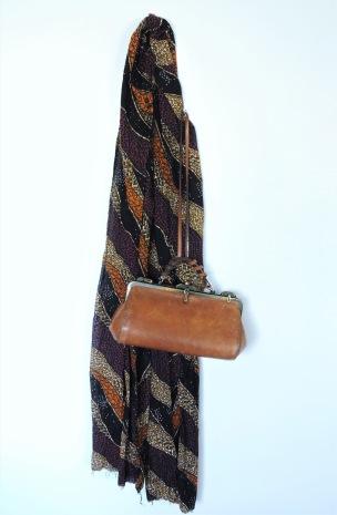 Mon sac en cuir que j'adore et mon foulard en wax